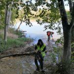 Israel y Ricardo con los pies en el agua…no queda otra para conseguir sacar algunos residuos del río