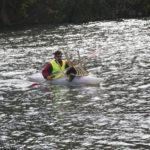 Victor en su Kayak llevando una silla de plástico a la orilla