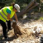 Algunos residuos practicamente se incrustan en el suelo y es muy complicado extraerlos.