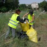 Mientras tanto, los equipos de voluntarios en las orillas haciendo su trabajo sin descanso