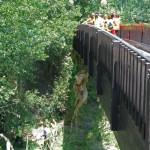Para extraer del cauce los residuo muy pesados no había otra solución que elevarlos con cuerdas desde los puentes....