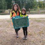 Sandra y Lidia con su mensaje - mural