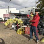 Eladio con su hijo con la montaña de basura