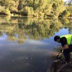 Cuidado Diego que te vas al río..Hay residuos que casi no llegamos a tiempo de rescatarlos.