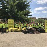 Foto de grupo con la montaña de basura final