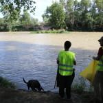 Al final de la jornada de limpieza una ultima mirada al río de nuestros grandes voluntarios, satisfechos por el trabajo realizado