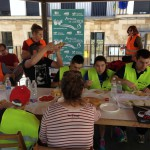 Y la comida en la plaza del pueblo, gracias a las mesas y sillas cedidas amablemente por el Ayuntamiento.