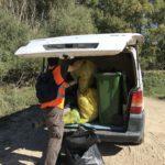 Ahí estamos, cargando la furgo con la basura para sacarla del río