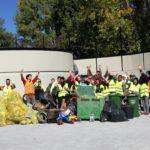 Y aquí estamos con los alumnos de 3º de la ESO. Casi no se nos ve a todos detrás del montón de residuos.